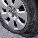 車のタイヤがパンク。多くの人がしてしまうNG行為は?